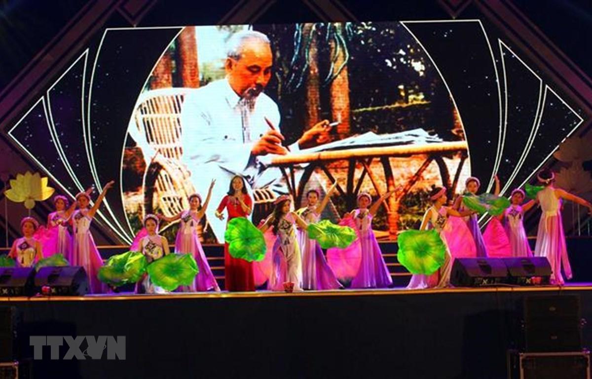 Một tiết mục văn nghệ đặc sắc được công diễn tại lễ tổng kết Lễ hội Làng Sen. (Ảnh: Tá Chuyên – TTXVN)