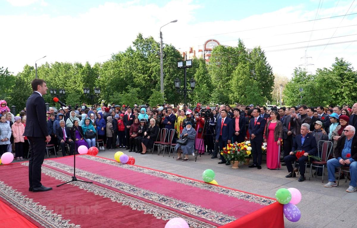 Lễ kỷ niệm 129 năm ngày sinh Hồ Chí Minh tại Ulianovsk thu hút hàng trăm người tham gia. (Ảnh: Lê Hằng/Vietnam+)