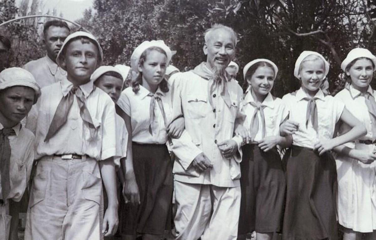 Chủ tịch Hồ Chí Minh với thiếu nhi Liên Xô tại Trại hè Quốc tế Artek bên bờ Biển Đen, trên bán đảo Crimea, ngày 23/8/1957. (Ảnh: TASS/TTXVN)