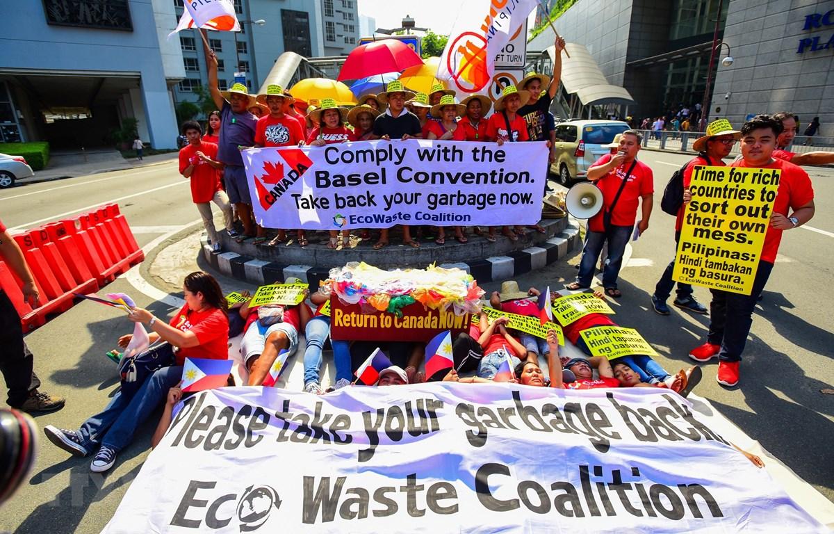 Các nhà hoạt động môi trường biểu tình bên ngoài Đại sứ quán Canada ở thủ đô Manila, ngày 21/5, yêu cầu Canada nhanh chóng chuyển rác thải khỏi Philippines. (Ảnh: AFP/TTXVN)