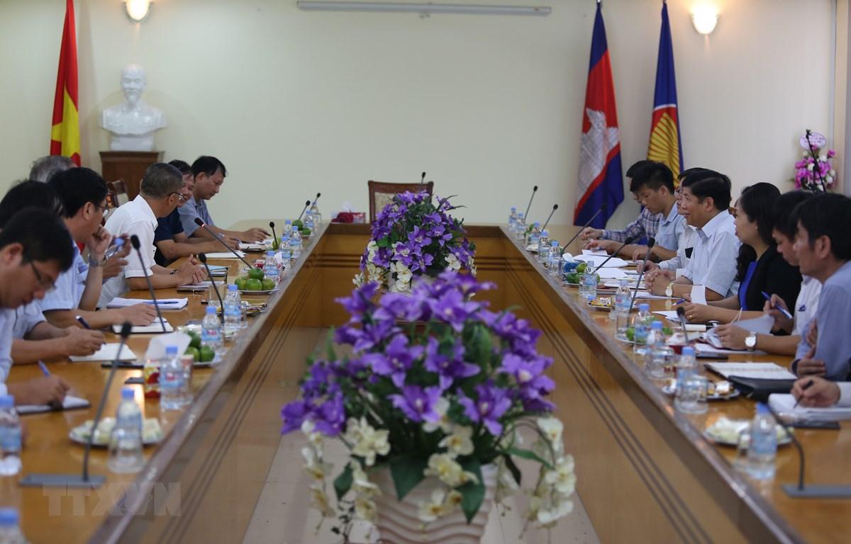 Quang cảnh cuộc làm việc tại Đại sứ quán Việt Nam ở thủ đô Phnom. Ảnh: PV/TTXVN)