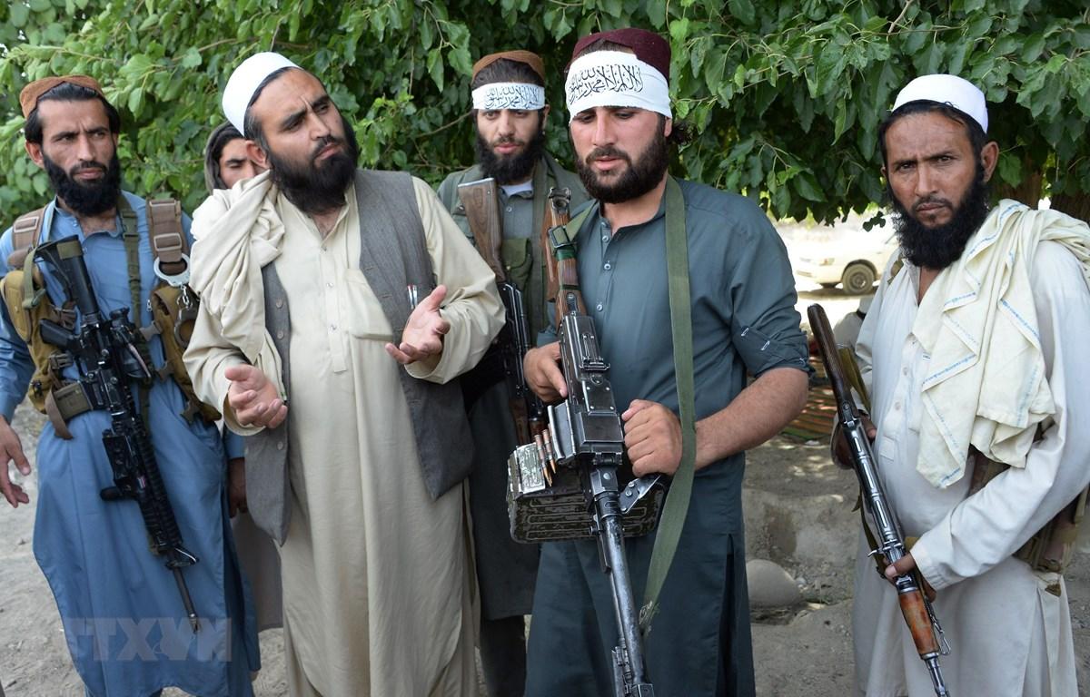 Các tay súng Taliban tại khu vực ngoại ô Jalalabad, Afghanistan, ngày 16/6/2018. (Ảnh: AFP/TTXVN)