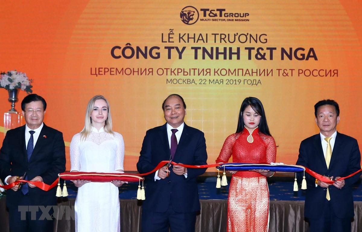 Thủ tướng Nguyễn Xuân Phúc và các đại biểu thực hiện nghi thức cắt băng khai trương Văn phòng Công ty TNHH T&T Nga. (Ảnh: Thống Nhất - TTXVN)