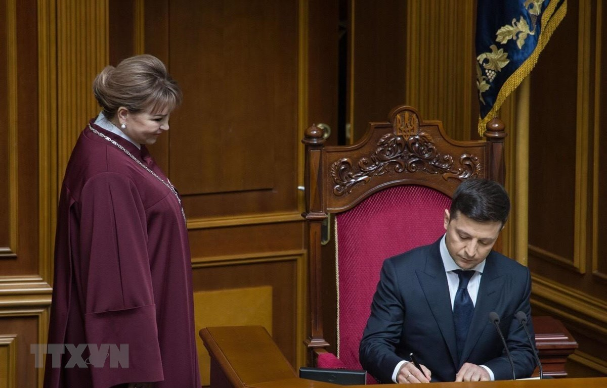 Tân Tổng thống Ukraine Volodymyr Zelenskiy (phải) tại lễ tuyên thệ nhậm chức ở Kiev ngày 20/5/2019. (Ảnh: AFP/TTXVN)