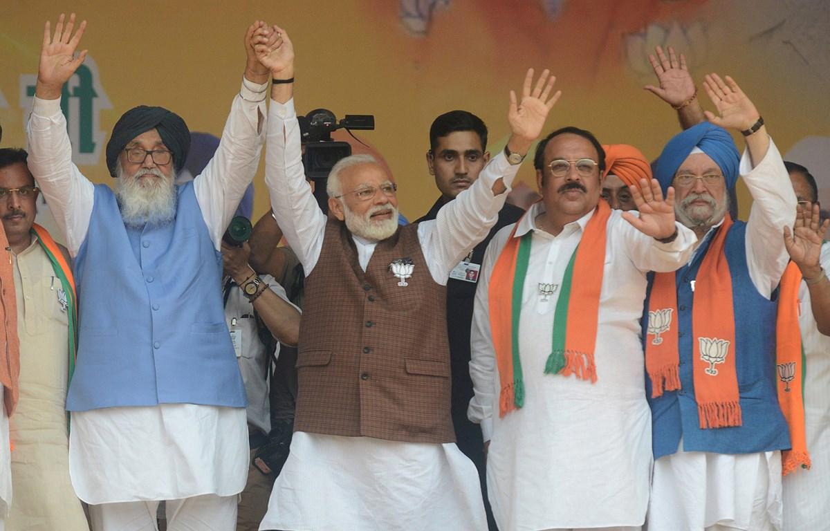 Thủ tướng Ấn Độ Narendra Modi (giữa), cựu Thủ hiến bang Punjab Parkash Singh Badal (trái) và Chủ tịch Đảng BJP Shwait Malik (thứ 2, phải) tại lễ míttinh của BJP ở Hoshiarpur ngày 10/5/2019. (Ảnh: AFP/TTXVN)