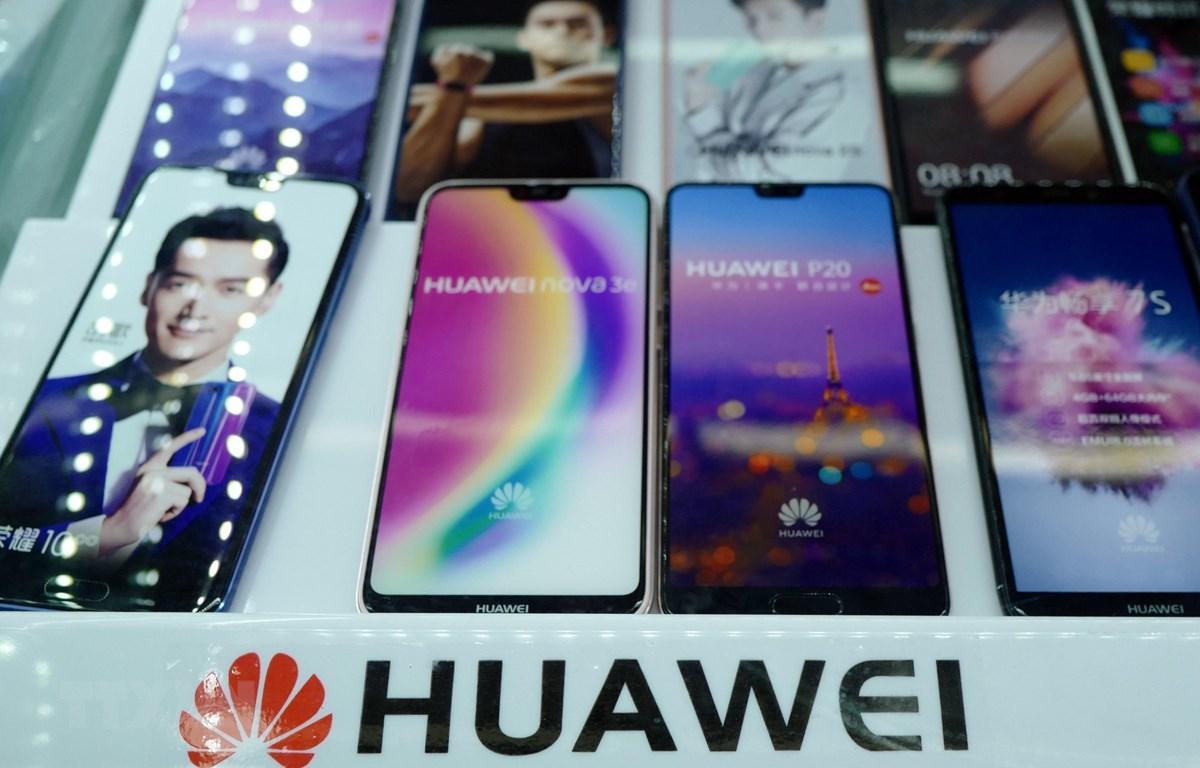 Biểu tượng của Huawei tại một cửa hàng ở Thượng Hải. (Ảnh: AFP/TTXVN)