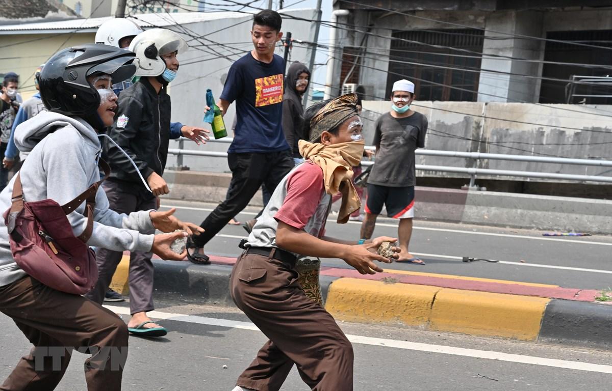 Người biểu tình đụng độ với cảnh sát tại Jakarta, Indonesia, ngày 22/5/2019. (Ảnh: AFP/ TTXVN)