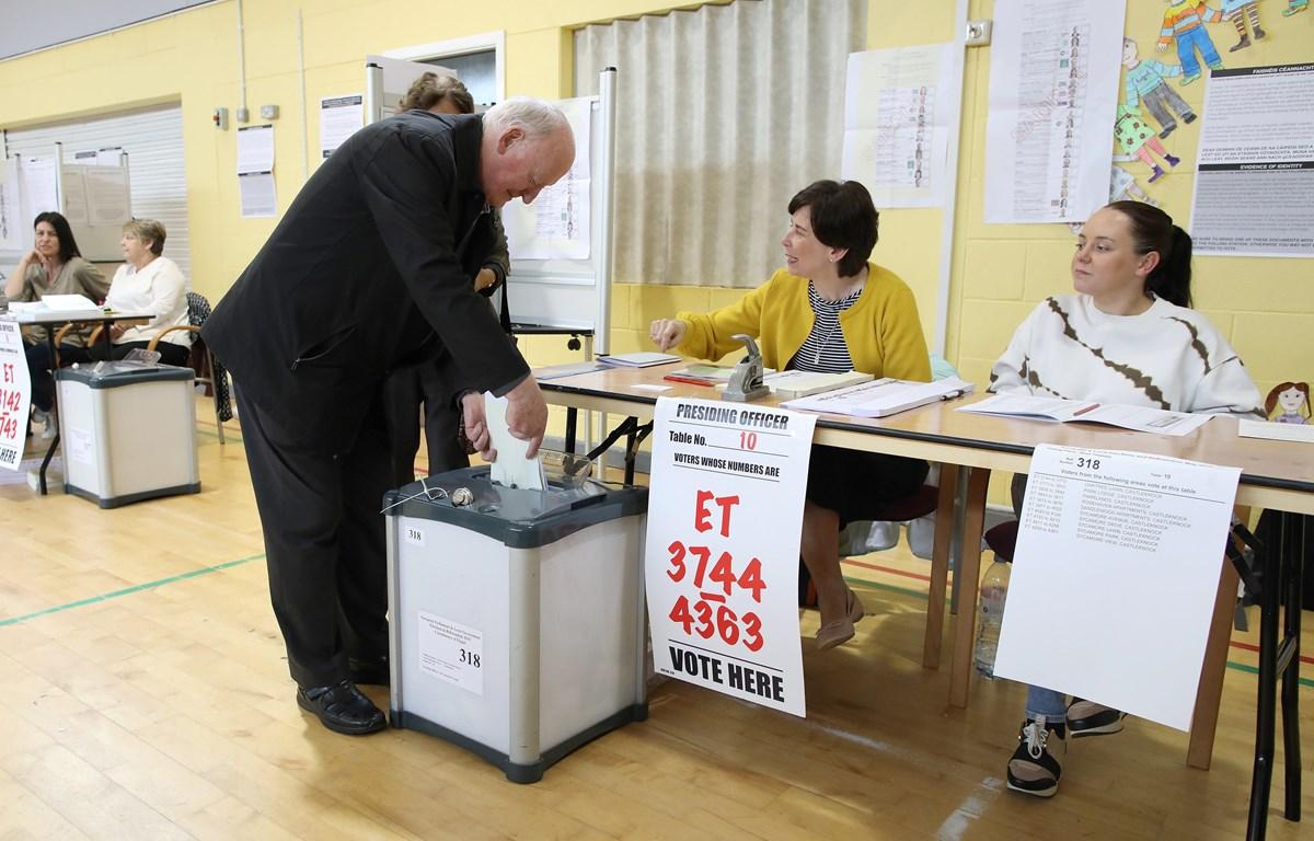 Cử tri Ireland bỏ phiếu tại điểm bầu cử Nghị viện châu Âu (EP) ở Dublin ngày 24/5/2019. (Ảnh: AFP/TTXVN)