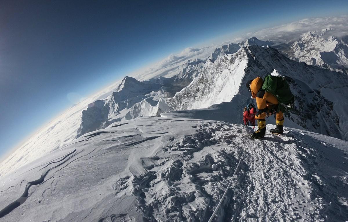 Những người leo núi trong hành trình chinh phục đỉnh Everest. (Ảnh: AFP/TTXVN)
