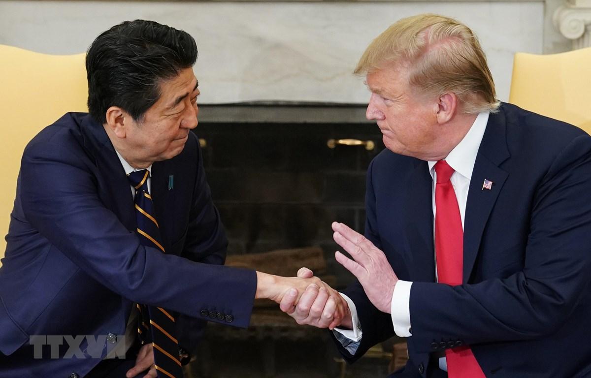 Tổng thống Mỹ Donald Trump (phải) và Thủ tướng Nhật Bản Shinzo Abe trong cuộc gặp tại Nhà Trắng ngày 26/4/2019. (Ảnh: AFP/ TTXVN)