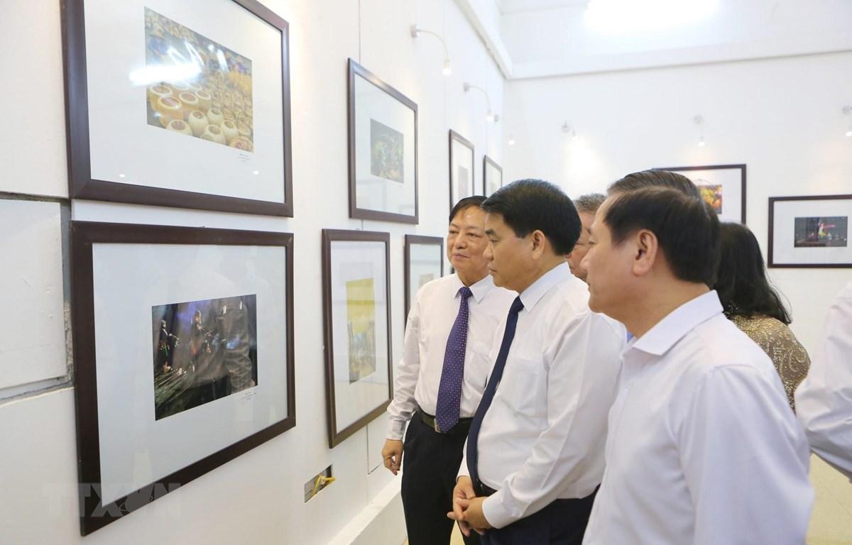 Ông Nguyễn Đức Chung, Chủ tịch UBND thành phố Hà Nội cùng các đại biểu tham quan triển lãm. (Ảnh: Thành Đạt/TTXVN)