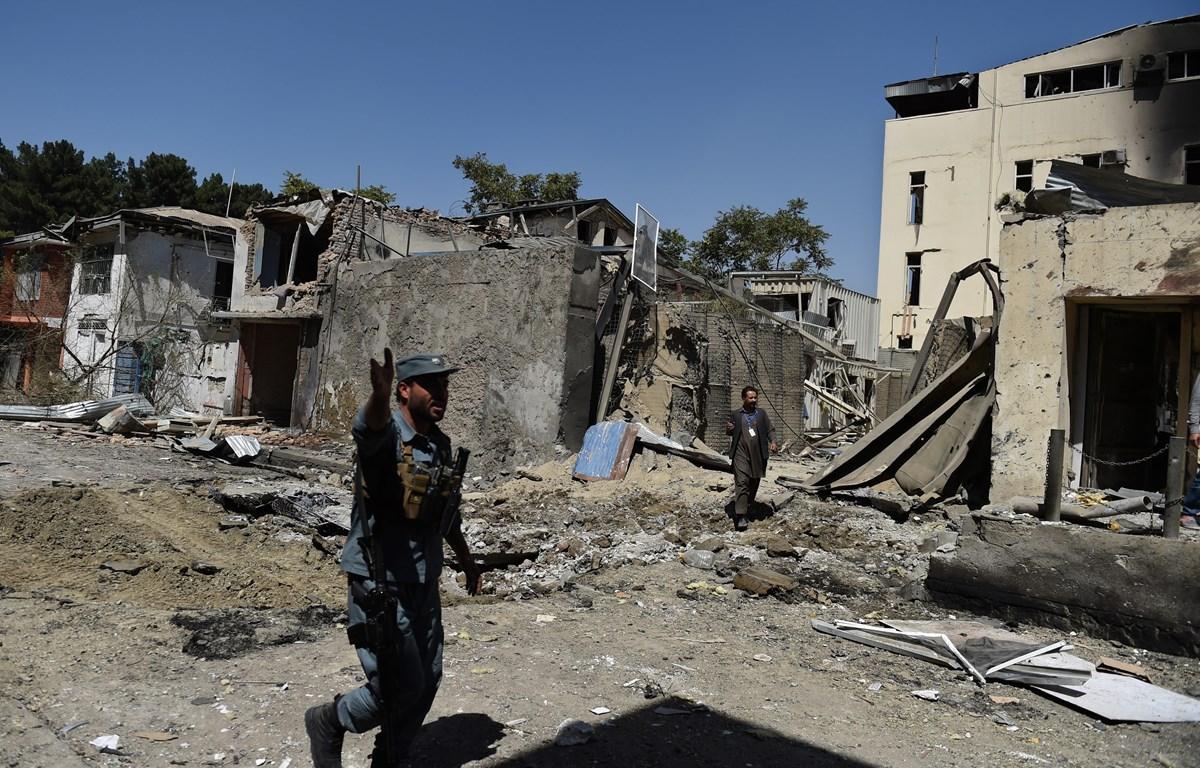 Lực lượng an ninh Afghanistan điều tra tại hiện trường một vụ đánh bom xe nhằm vào văn phòng tổ chức CARE quốc tế ở Shar-e-Naw, Kabul, ngày 6/9/2016. (Ảnh: AFP/ TTXVN)