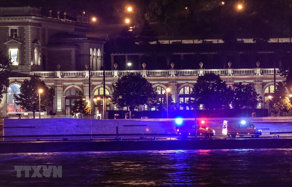 Lực lượng cứu hộ được triển khai tại hiện trường vụ va chạm và chìm tàu du lịch trên sông Danube ở thủ đô Budapest, Hungary tối 29/5/2019. (Ảnh: AFP/TTXVN)