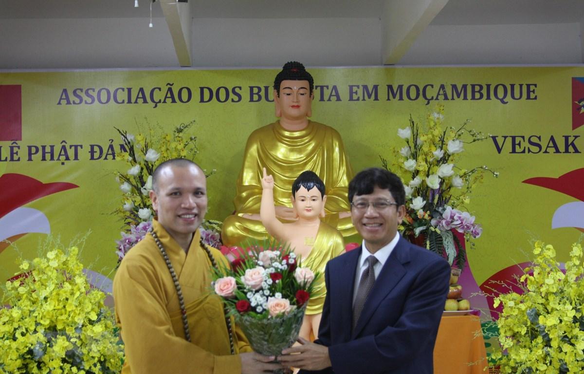 Đại sứ Việt Nam tại Mozambique Lê Huy Hoàng tặng hoa chúc mừng Thượng tọa Thích Đồng Huệ. Ảnh: Đình Lượng/TTXVN)