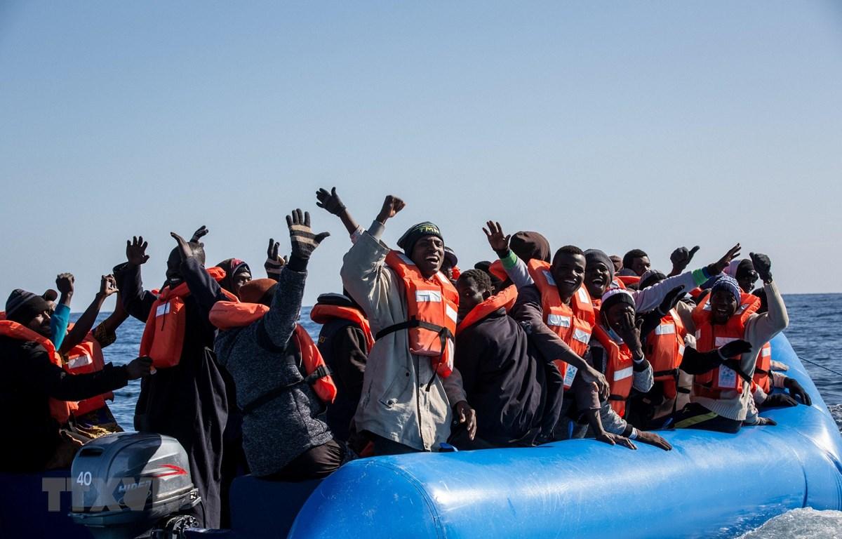 Người di cư chờ được giải cứu lên tàu Sea-Watch 3 ở ngoài khơi bờ biển Libya, ngày 19/1/2019. (Ảnh: AFP/TTXVN)