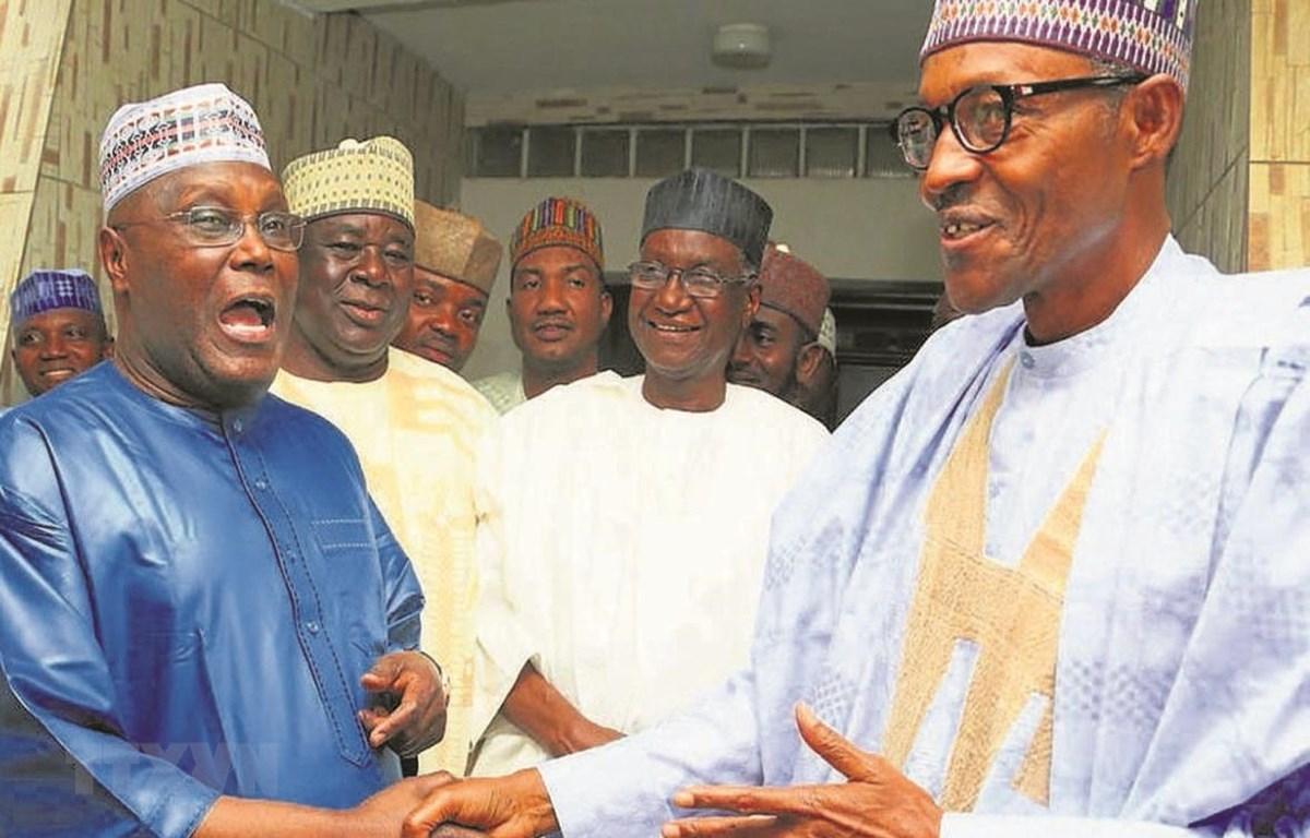 Tổng thống Nigeria Muhammadu Buhari (phải) và lãnh đạo đối lập Atiku Abubakar (trái) tại một cuộc gặp. (Ảnh: EPA/TTXVN)