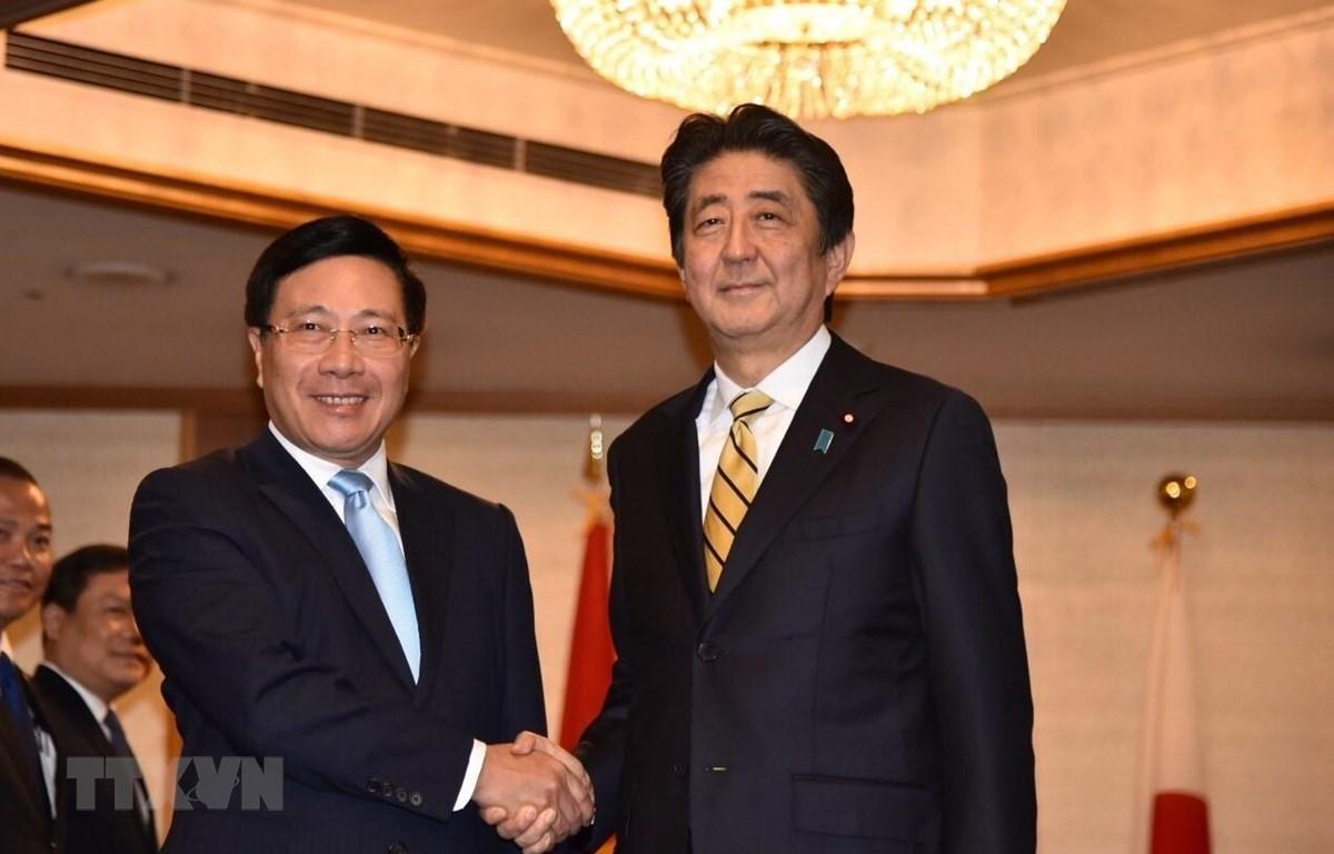 Phó Thủ tướng, Bộ trưởng Ngoại giao Phạm Bình Minh chào xã giao Thủ tướng Nhật Bản Shinzo Abe. (Ảnh: Đào Tùng/TTXVN)