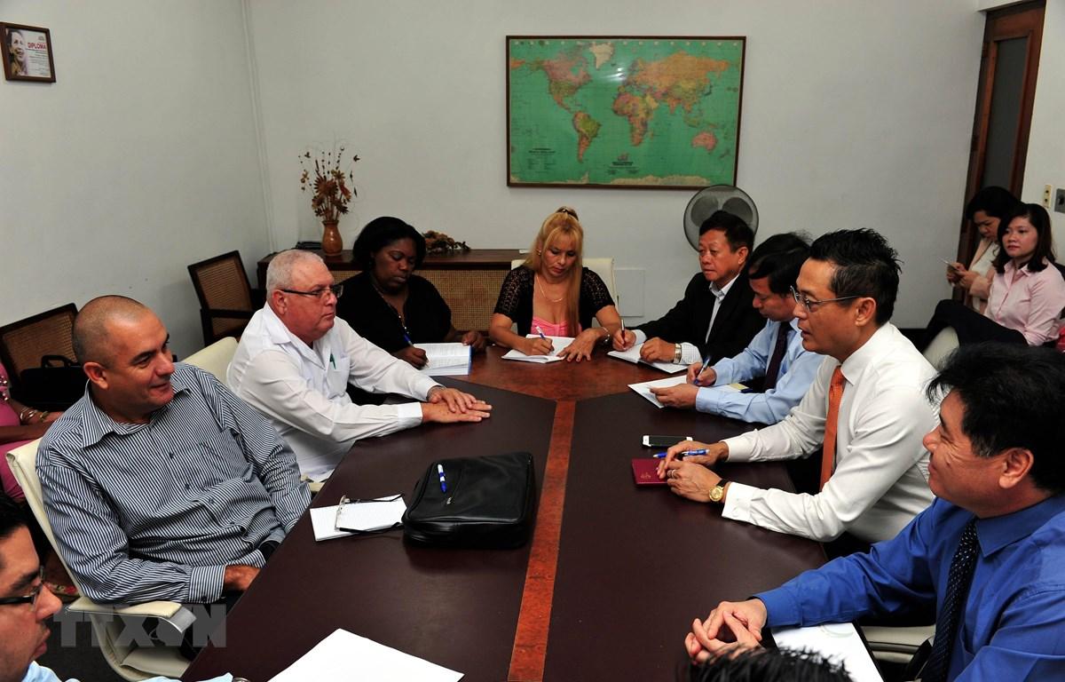 Lãnh đạo Bộ Nông nghiệp Cuba tiếp đoàn chuyên gia lúa gạo Việt Nam trước lễ khai mạc giai đoạn 5 của dự án. Ảnh: Lê Hà/TTXVN)