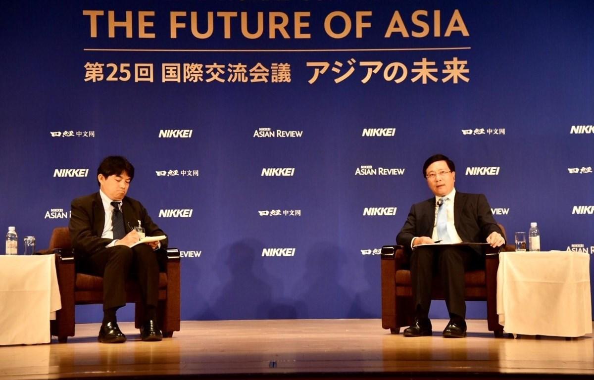 Phó Thủ tướng, Bộ trưởng Ngoại giao Phạm Bình Minh (phải) trả lời câu hỏi của các đại biểu tại Hội nghị. (Ảnh: Đào Tùng/TTXVN)