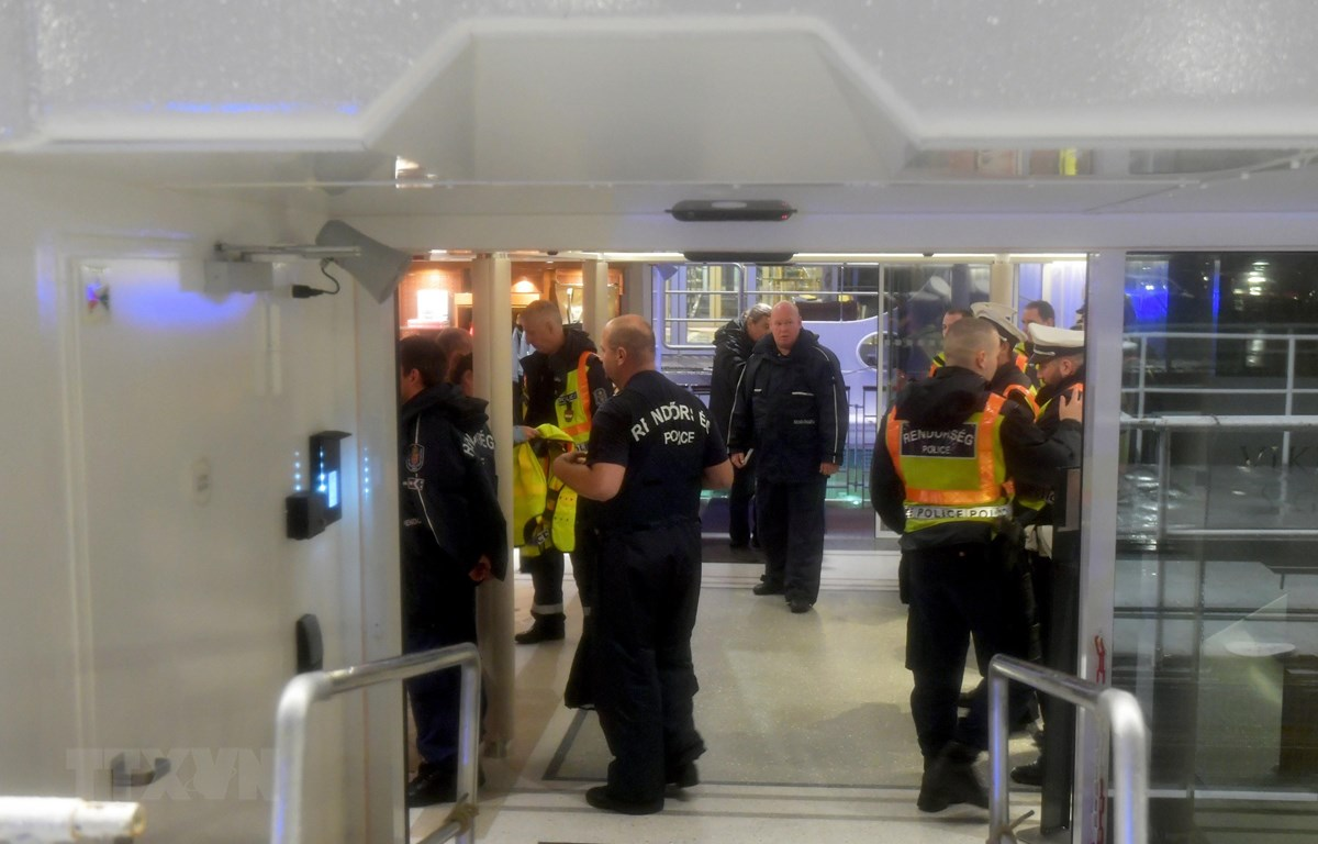 """Cảnh sát Hungary điều tra tàu chở khách Viking Cruises Sigyn sau vụ va chạm với du thuyền """"Hableany"""" trên sông Danube khiến 7 người thiệt mạng, 21 người mất tích tối 30/5/2019. (Ảnh: AFP/TTXVN)"""
