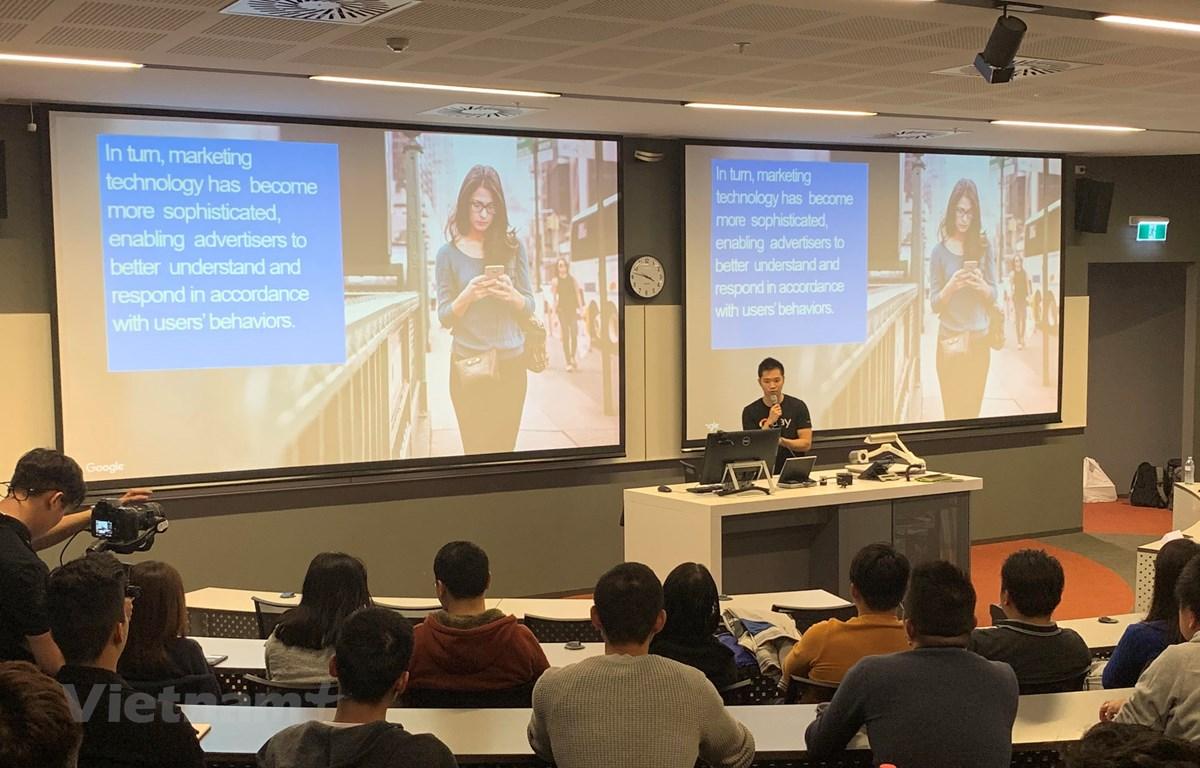 Minh Phạm, Chuyên gia Tư vấn giải pháp nền tảng của Google tại Sydney, trình bày tại cuộc tọa đàm Data- Power to Future. (Ảnh: Diệu Linh/Vietnam+)