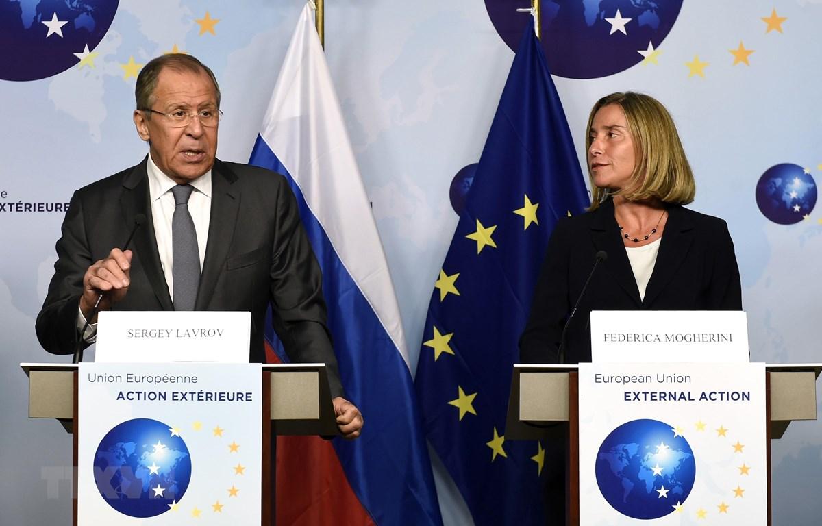 Ngoại trưởng Nga Sergei Lavrov (trái) trong cuộc báo chung với Cao ủy Liên minh châu Âu (EU) phụ trách chính sách an ninh và đối ngoại Federica Mogherini (phải) tại Brussels, Bỉ ngày 11/7/2017. (Ảnh: AFP/ TTXVN)