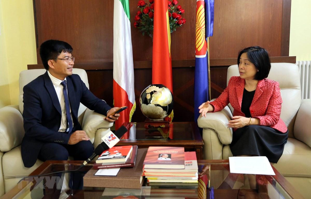 Đại sứ Việt Nam tại Italy Nguyễn Thị Bích Huệ trả lời phỏng vấn phóng viên TTXVN. (Ảnh: Huy Thông/TTXVN)