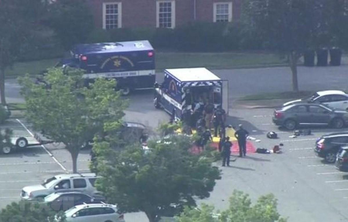 Lực lượng chức năng làm nhiệm vụ tại hiện trường vụ xả súng nhằm vào tòa nhà chính quyền thành phố Virginia Beach, bang Virginia (Mỹ) khiến 11 người thiệt mạng, ngày 31/5/2019. (Ảnh: BBC/TTXVN)