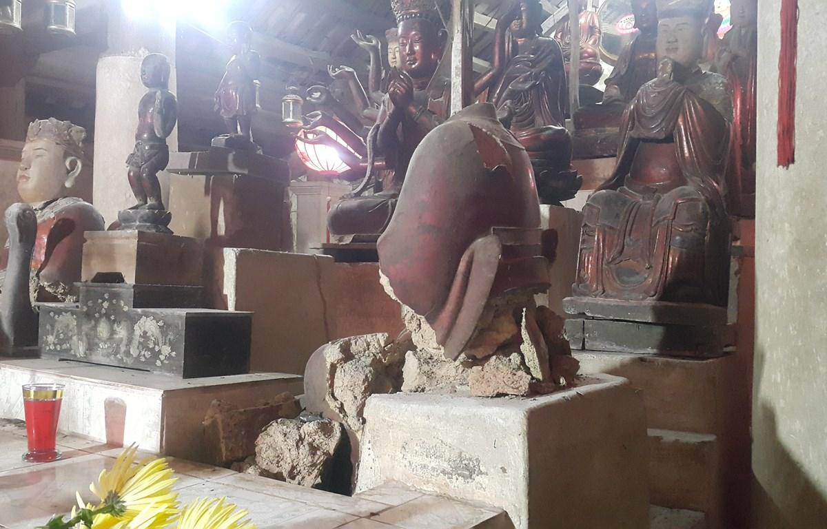 Hệ thống tượng quý làm bằng đất tại chùa Báo Ân, xã Đồng Quang, huyện Quốc Oai đang bị hủy hoại bởi thời tiết và thời gian. (Ảnh: Đinh Thuận/TTXVN)