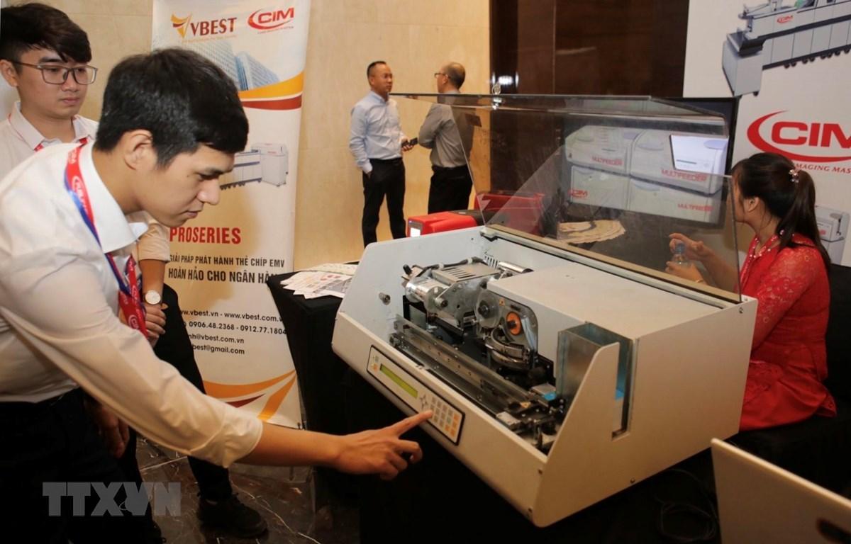 Trưng bày giới thiệu công nghệ và sản phẩm thẻ chíp nhựa  tại triển lãm công nghệ ngân hàng (Banking Việt Nam 2019). (Ảnh: Trần Việt/ TTXVN)
