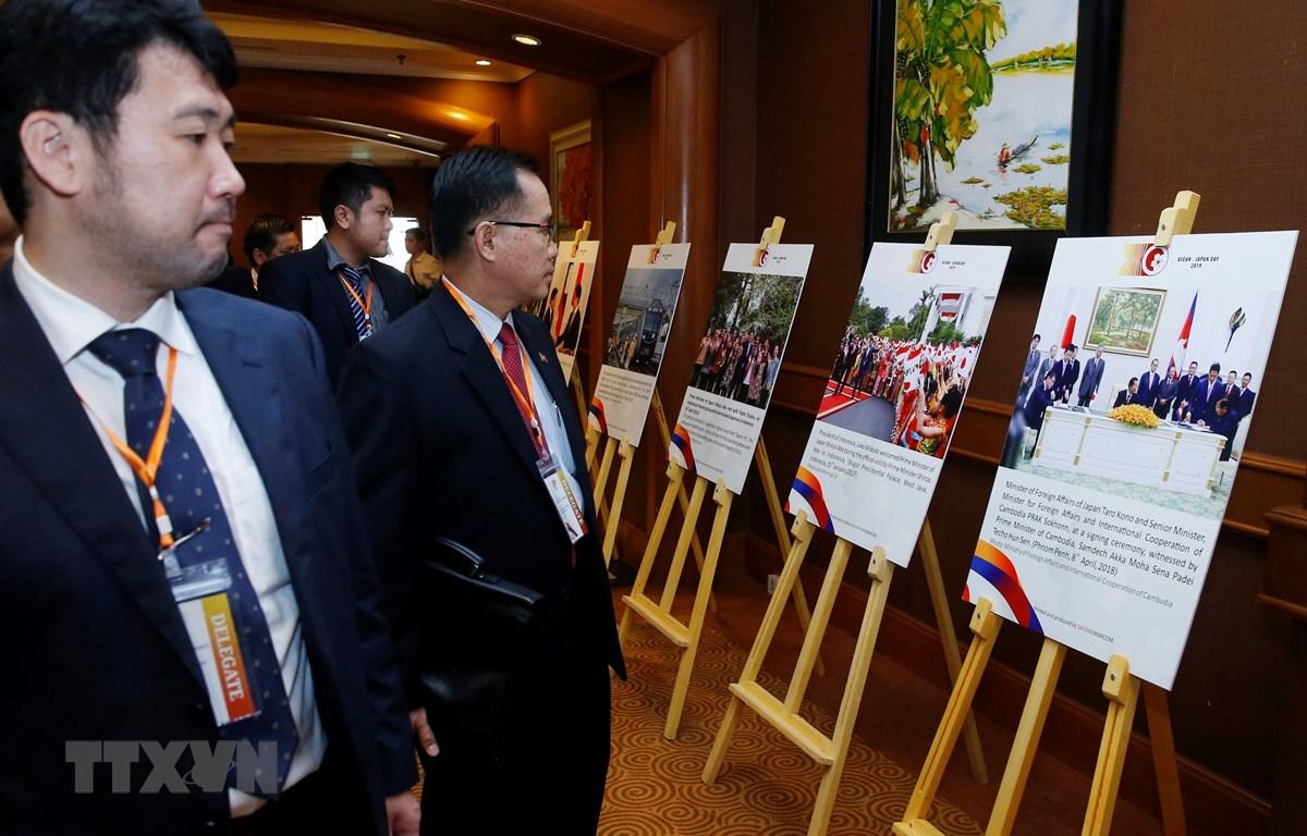 Các đại biểu tham quan Triển lãm ảnh Hợp tác ASEAN - Nhật Bản vì sự thịnh vượng. (Ảnh: Lâm Khánh - TTXVN)