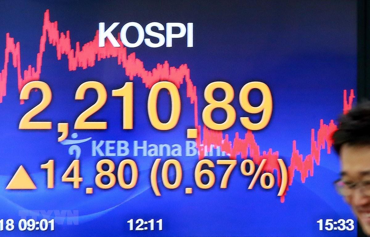 Bảng tỷ giá chứng khoán tại ngân hàng Hana ở thủ đô Seoul, Hàn Quốc. (Ảnh: Yonhap/ TTXVN)