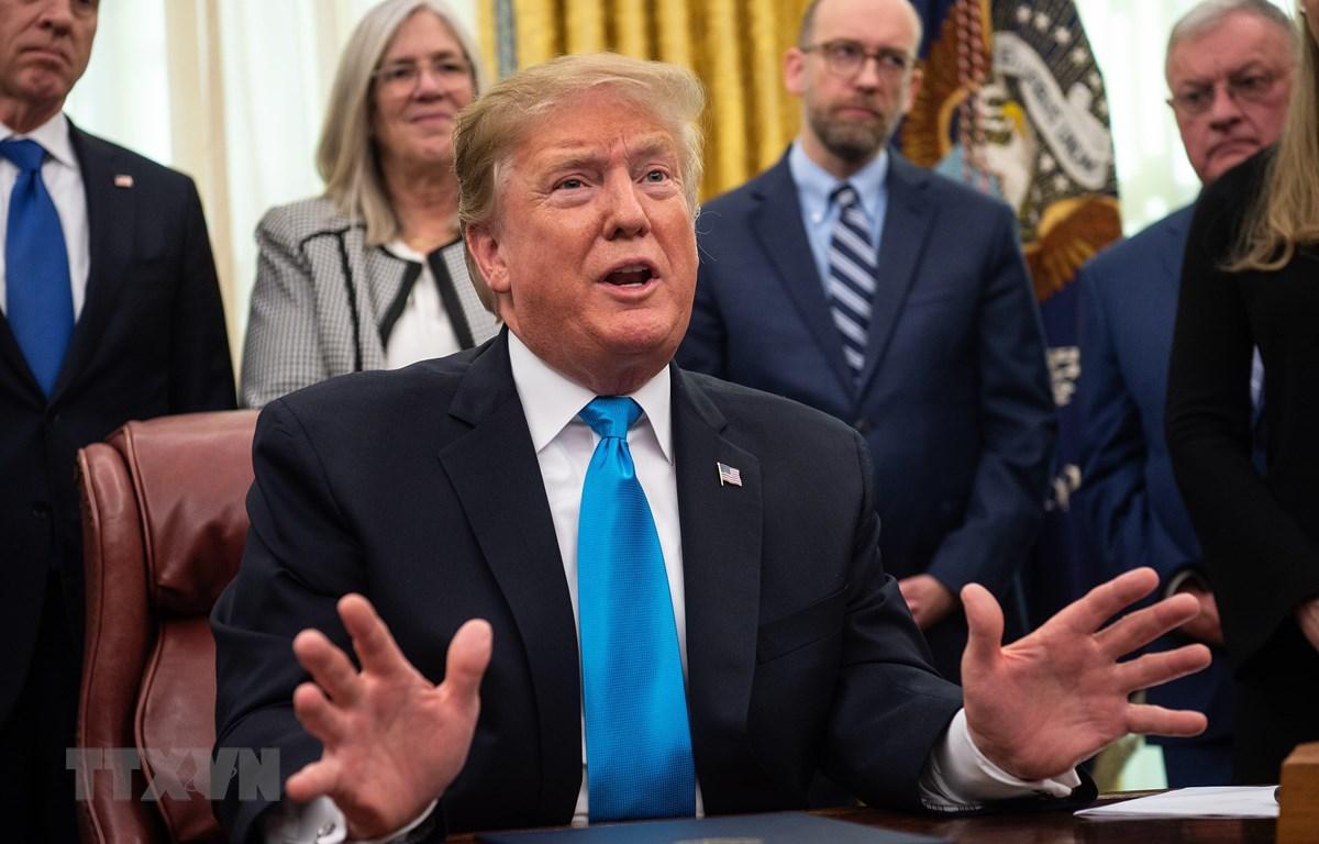 Tổng thống Mỹ Donald Trump (giữa) phát biểu tại Nhà Trắng ở Washington, DC. (Ảnh: AFP/TTXVN)