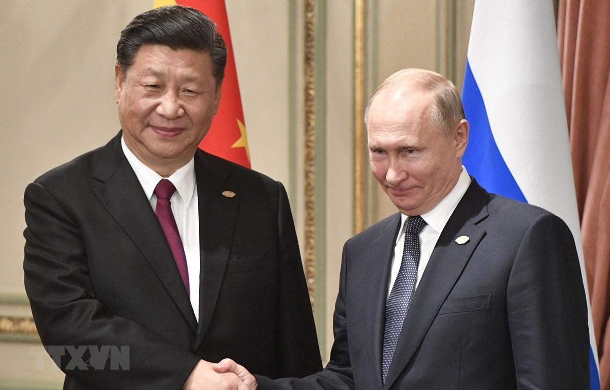 Tổng thống Nga Vladimir Putin (phải) và Chủ tịch Trung Quốc Tập Cận Bình. (Ảnh: AFP/ TTXVN)