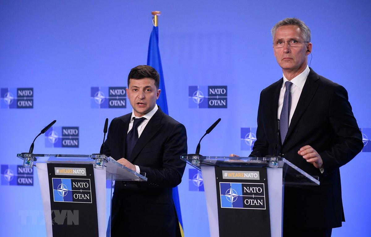 Tổng thư ký NATO Jens Stoltenberg (phải) và Tổng thống Ukraine Volodymyr Zelensky trong cuộc họp báo tại Brussels, Bỉ, ngày 4/6/2019. (Ảnh: AFP/ TTXVN)