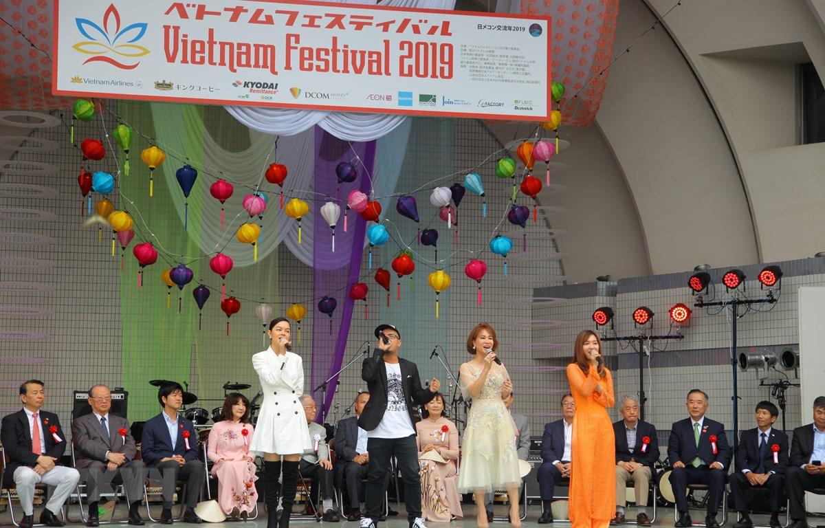 Các ca sỹ Việt Nam biểu diễn tại lễ khai mạc. (Ảnh: Bùi Hà - TTXVN)