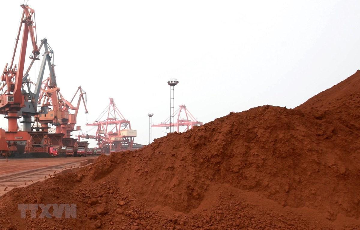 Đất hiếm chuẩn bị được đưa đi xuất khẩu tại Liên Vân Cảng ở tỉnh Giang Tô, Trung Quốc. (Ảnh: AFP/TTXVN)