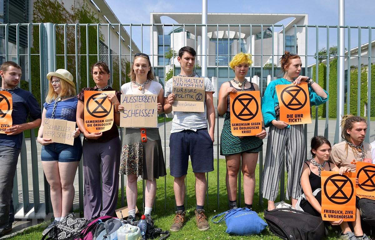 Người biểu tình kêu gọi ban bố tình trạng khẩn cấp về khí hậu bên ngoài Văn phòng Thủ tướng Đức ở Berlin ngày 11/6/2019. (Ảnh: AFP/ TTXVN)