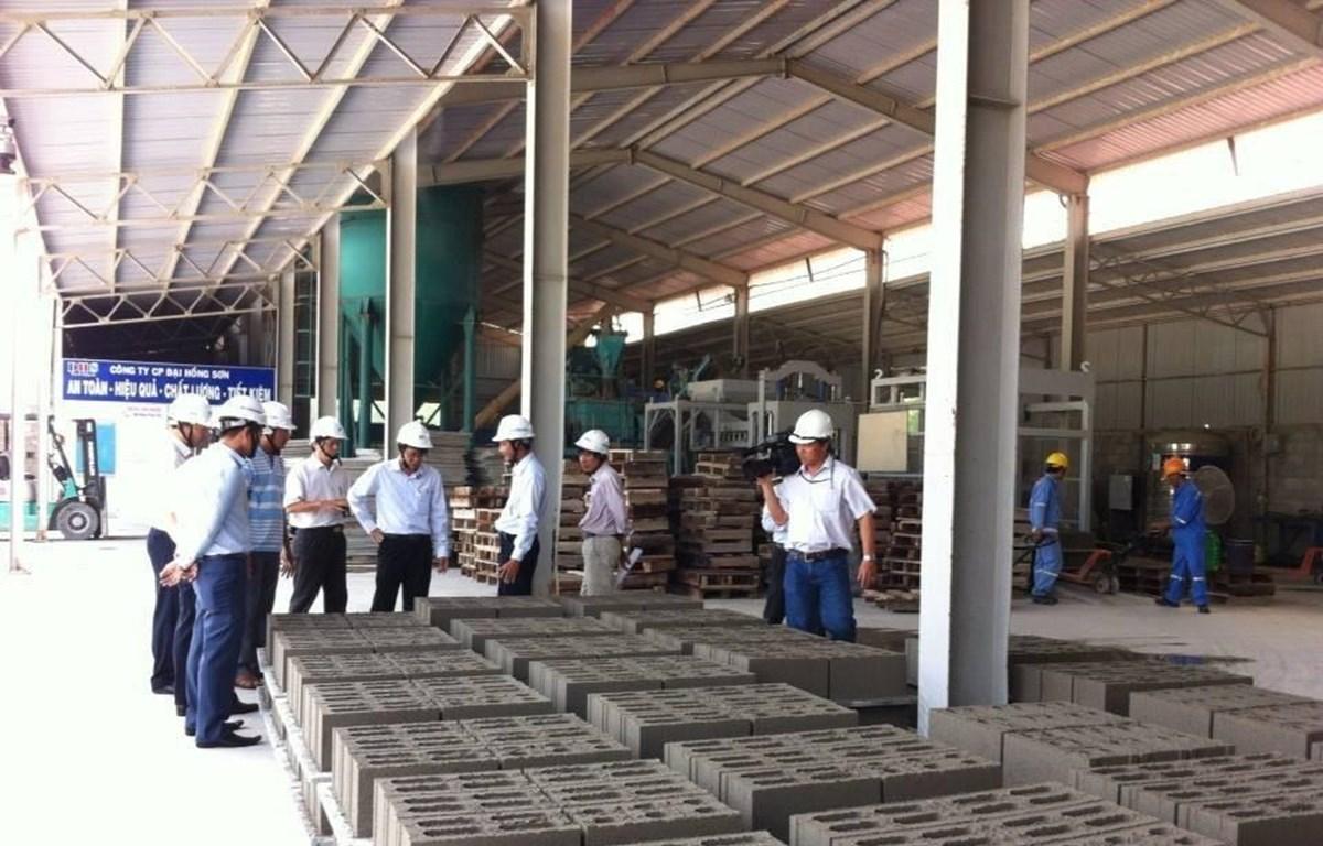 Sản xuất vật liệu xây dựng không nung tại Nhà máy của Công ty CP Đại Hồng Sơn, phường Kim Dinh, thành phố Bà Rịa. (Ảnh: TTXVN)