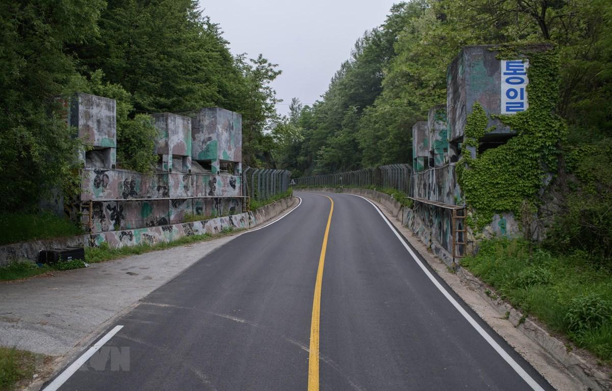 Một tuyến đường ở huyện Cheorwon, tỉnh Gangwon, Hàn Quốc, gần Khu phi quân sự liên Triều (DMZ) ngày 29/5/2018. (Ảnh: AFP/TTXVN)