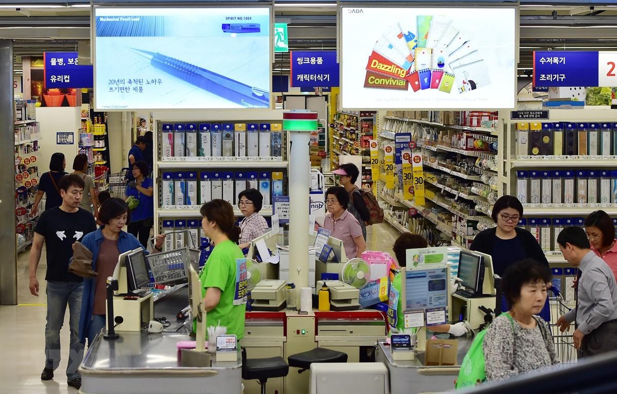 Người dân mua sắm tại một siêu thị ở Seoul, Hàn Quốc. (Ảnh: AFP/TTXVN)
