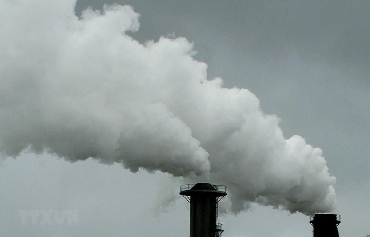 Khói bốc lên từ một nhà máy ở Queensland, Australia. (Ảnh: AFP/ TTXVN)