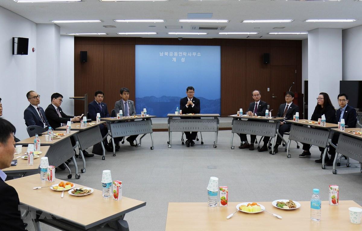 Bộ trưởng Thống nhất Hàn Quốc Kim Yeon-chul (giữa) thăm Văn phòng Liên lạc liên Triều tại thành phố Kaesong, Triều Tiên ngày 8/5. (Ảnh: YONHAP/TTXVN)