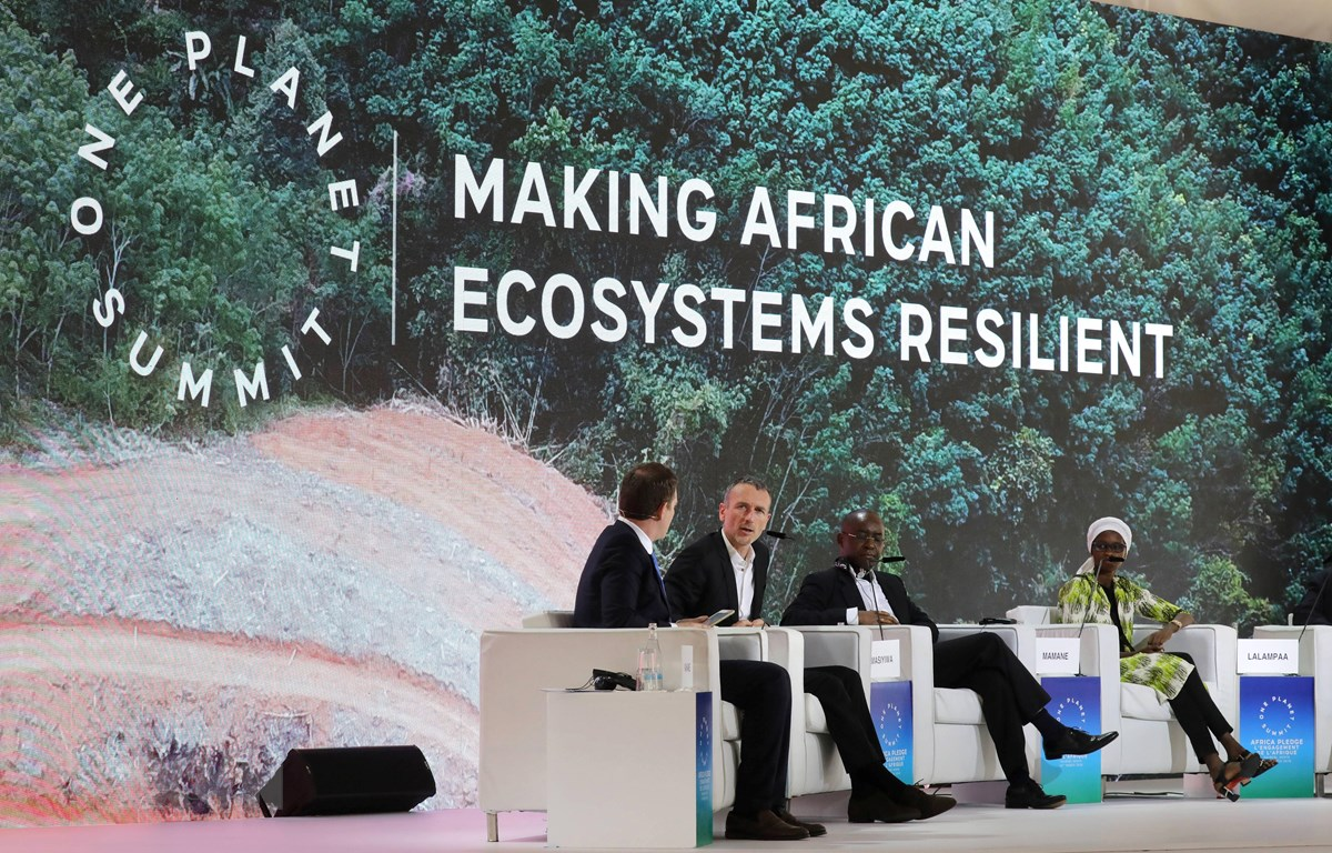 """CEO Công ty sản xuất sữa chua lớn nhất thế giới Danone Emmanuel Faber (thứ 2, trái) tại Hội nghị thượng đỉnh """"một hành tinh"""", tập trung vào vấn đề sinh thái và nền kinh tế xanh, tại Nairobi ngày 14/3/2019. (Ảnh: AFP/TTXVN)"""