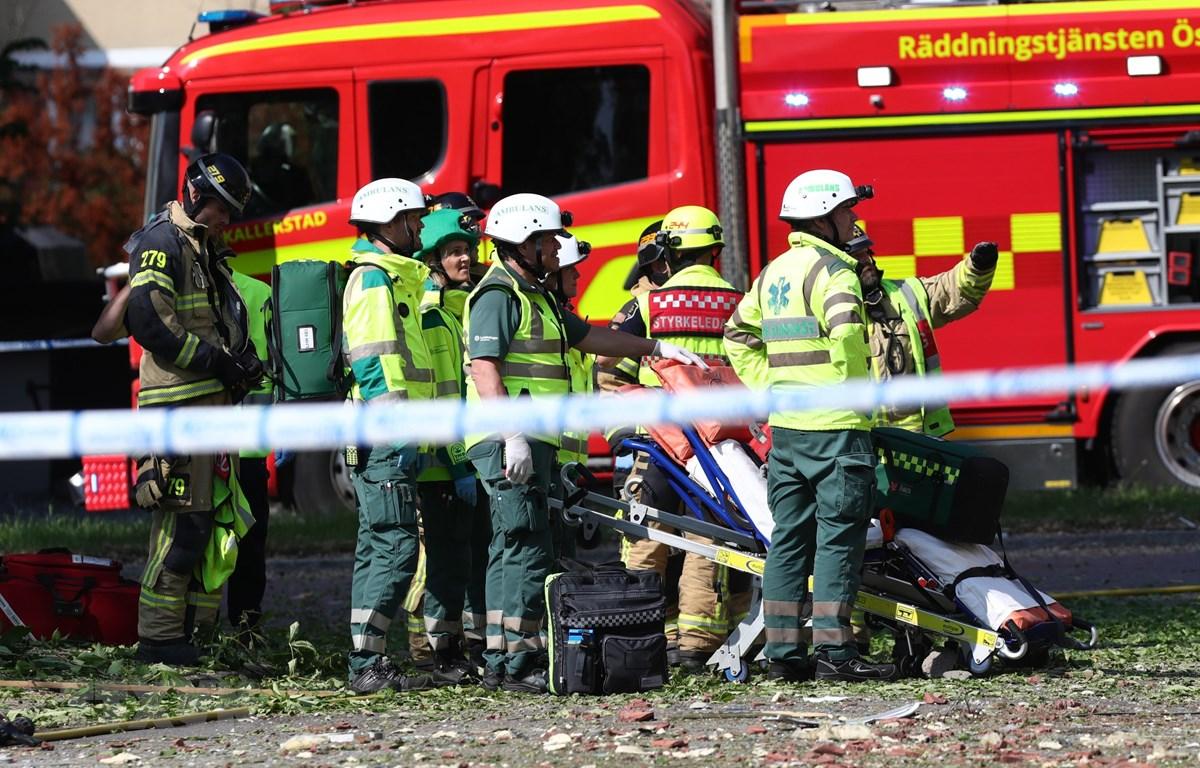 Nhân viên cứu hộ và cứu hỏa làm nhiệm tại hiện vụ nổ ở Linkoping, Thụy Điển ngày 7/6. (Ảnh: AFP/TTXVN)