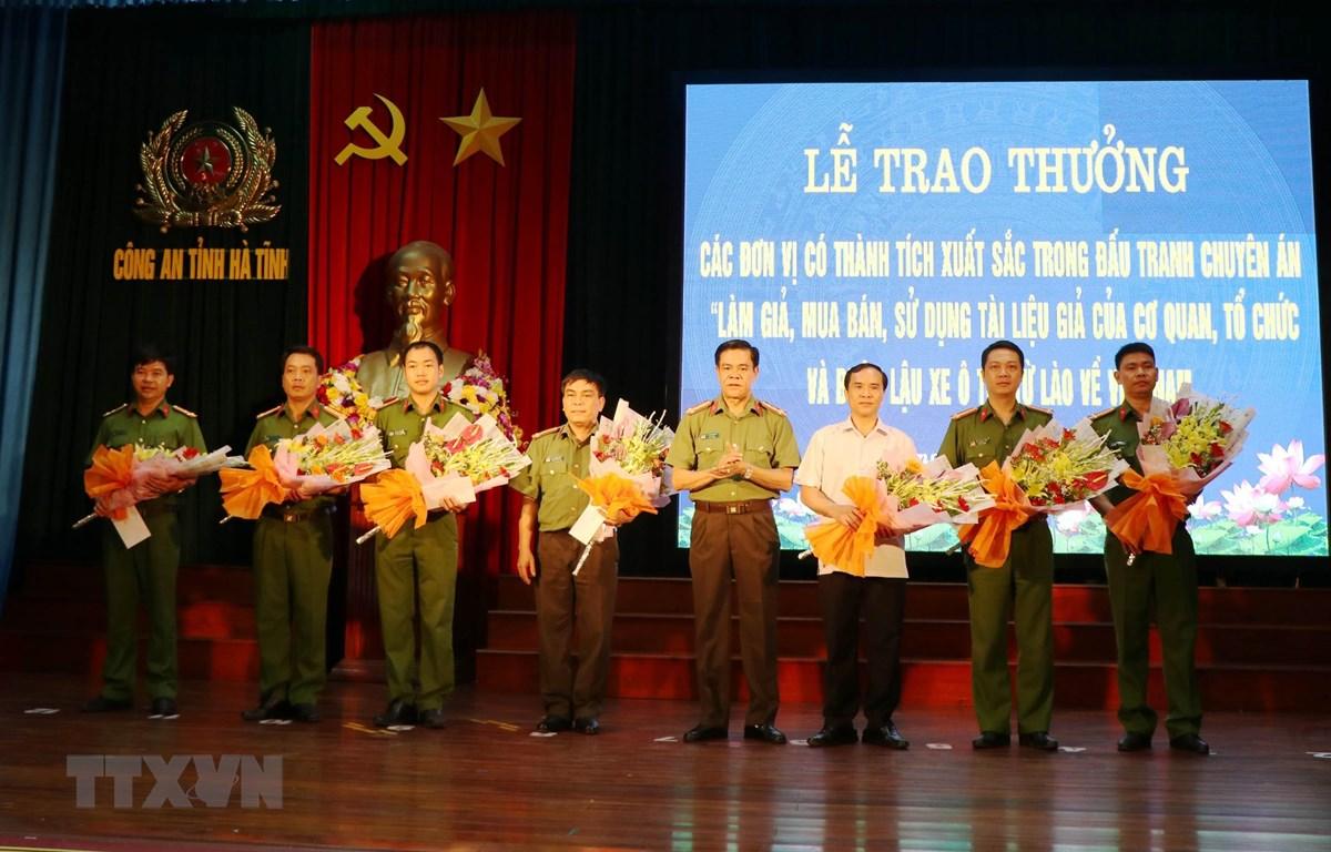 Đại tá Võ Trọng Hải, Giám đốc Công an tỉnh Hà Tĩnh trao thưởng cho các đơn vị tham gia phá án. (Ảnh: Công Tường-TTXVN)
