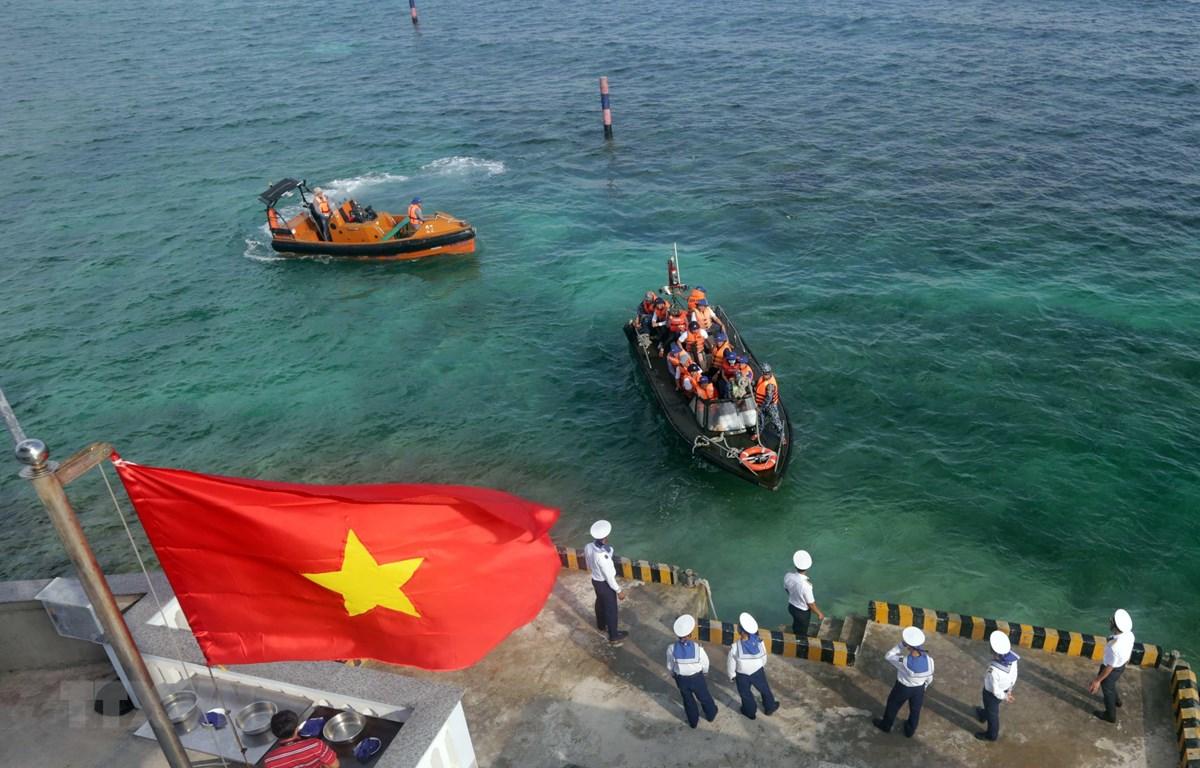 Đoàn công tác từ đất liền ra thăm cán bộ, chiến sỹ đảo Đá Lát. (Ảnh: Trần Việt - TTXVN)