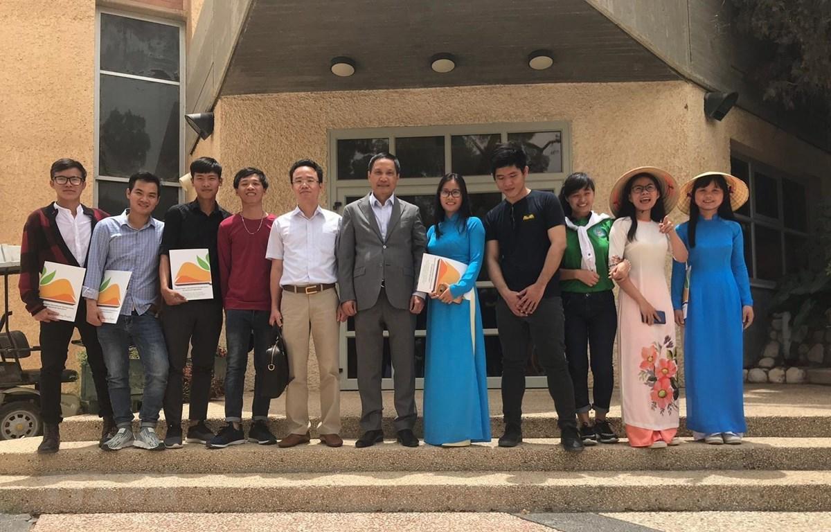 Đại sứ Đỗ Minh Hùng (giữa) chụp ảnh lưu niệm cùng các sinh viên tại trung tâm. (Ảnh: Nguyễn Việt Thắng/TTXVN)