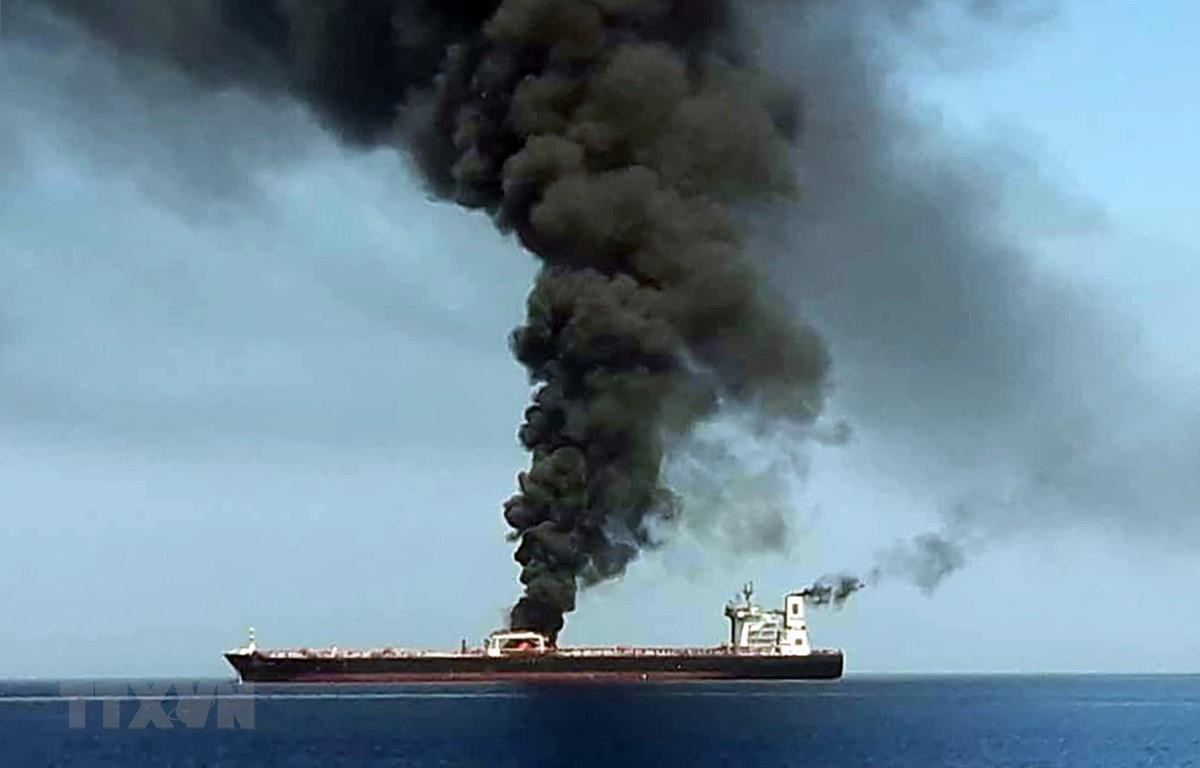 Khói lửa bốc ngùn ngụt trên tàu chở dầu được cho là bị tấn công ngoài khơi vùng Vịnh Oman ngày 13/6/2019. (Ảnh: AFP/TTXVN)