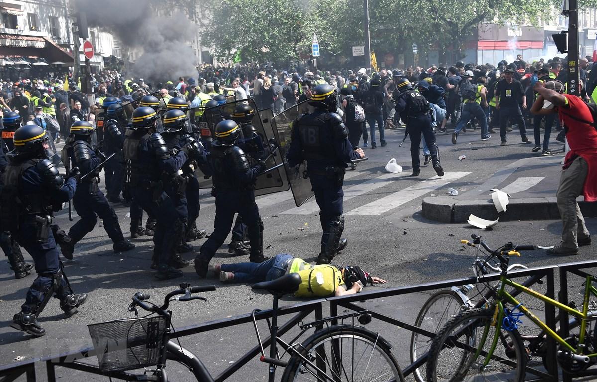 """Cảnh sát triển khai để ngăn chặn những người biểu tình """"Áo vàng"""" quá khích tại thủ đô Paris ngày 20/4. (Ảnh: AFP/TTXVN)"""